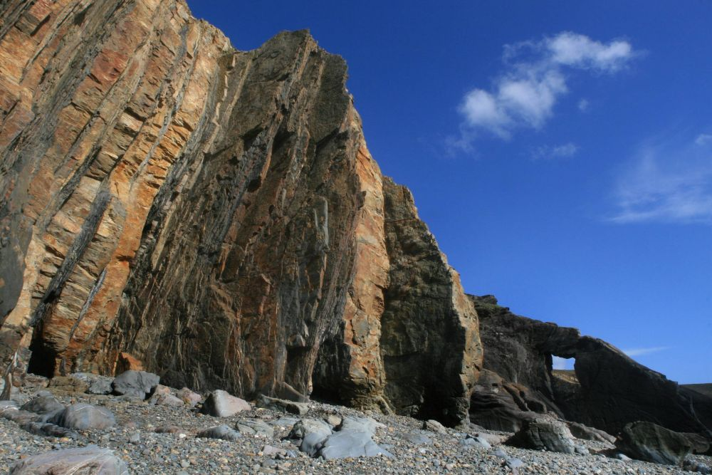 Falaises et strates vertigineuses de Tromel © Maison des Minéraux
