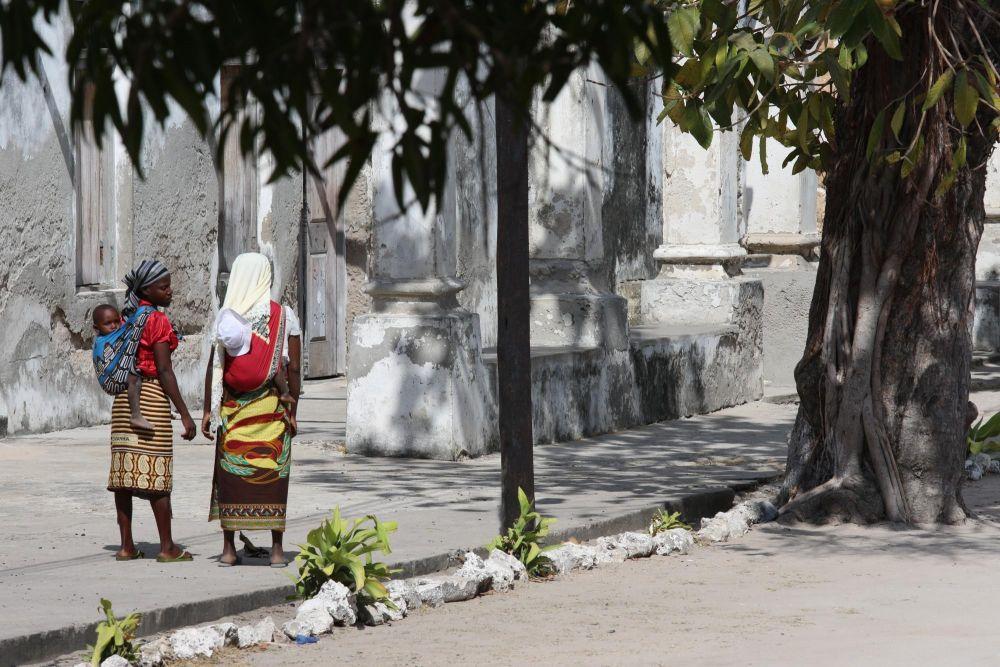 Femmes dans la rue sur l'Ile d'Ibo