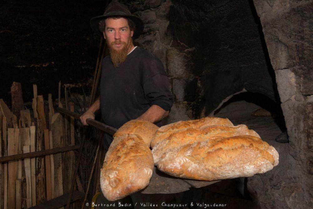 Cuisson au four à pain traditionnel dans la vallée du Champsaur