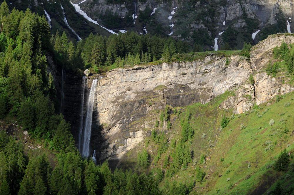 Cascade dans la vallée de Champoléon, Champsaur, Parc National des Ecrins, Hautes-Alpes