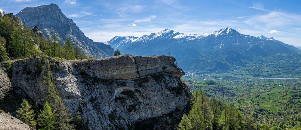 Rocher avec vue imprenable sur la vallée du Champsaur, Hautes-Alpes